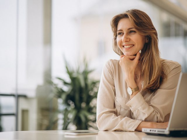https://www.humansoul.com.mx/wp-content/uploads/2021/08/portrait-of-business-woman-working-on-laptop-640x480.jpg